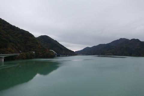天気は悪いけど,風が無いので宮ヶ瀬湖の水面は静かです。