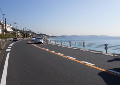 江ノ島付近から見ると,遠くの半島のてっ辺が国際村。片道約30kmなり。