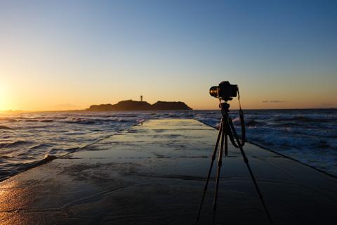 江ノ島の夜明けを狙うマイカメラ。もう日が出てるけど・・・ 【早起きフォトアルバムはこちら~】