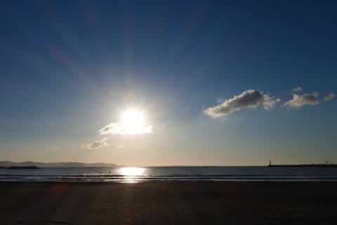 これはコンデジで撮った片瀬海岸。綺麗な光線が出てます。不思議~(^^)