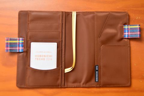 カバー部分には各種ポケット,しおり(×2)が付いています。