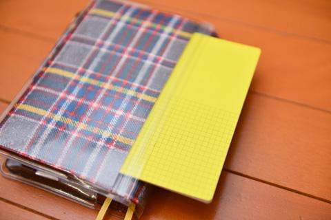こんな風に,手帳の背中ポケットに小さなメモ帳を入れることができます。