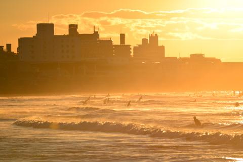 風がないのに,波は高い。サーファーがたくさん来ていました。