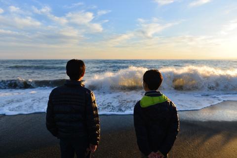 久しぶりの海に見入るチビたち。この後,30分以上,石を投げ続けていました(笑)