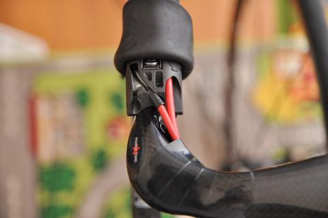 ブレーキはまっすぐ,シフトは斜め配線を採用。