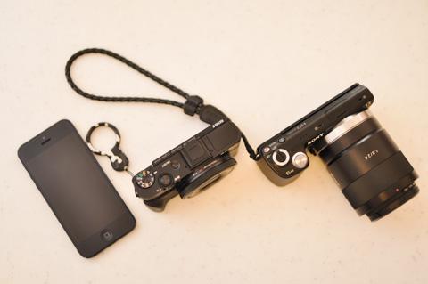 左から,iPhone5,RX100 II,NEX-5N。NEXも十分コンパクトなのですが,レンズを付けると結構大きいのです。