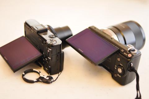 左がRX100 II,右がNEX-5N。機構は微妙に違いますが,液晶画面がチルトできます。