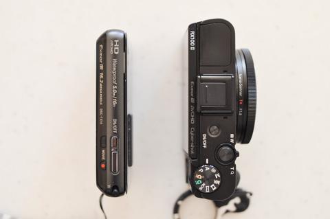 左がTX10,右がRX100 II。レンズを格納しちゃえば,そんなに大きさは違わない!?