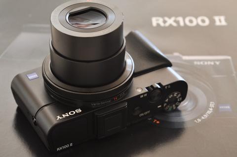 コンパクトデジカメに分類されますが,ちょっといゴツイデザインのRX100 II。