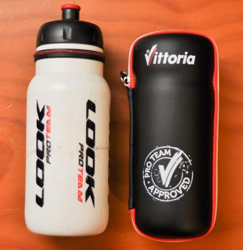 左が第3世代のLOOKツールボトル。右が第4世代,Vittoriaのプレミアム・ジップツールケース。