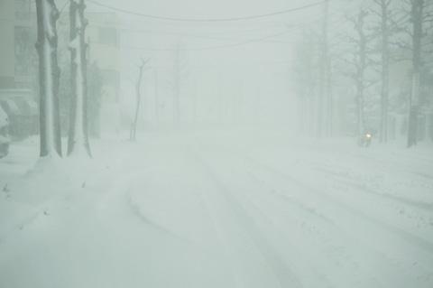 やっぱり,妻からお迎え指令で駅に向かう。すんごい積雪で,道は貸切だ(^^)