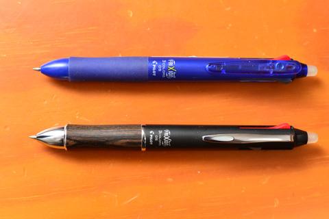 上がプラスチック,下が金属&木目のフリクションボールペン。機能は同じ3色ペン。