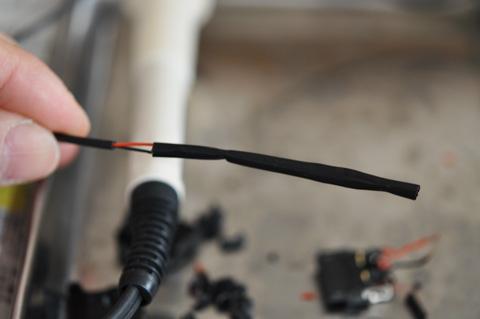 次に,リード線全体をカバーするように熱収縮チューブを通して準備完了(^^)