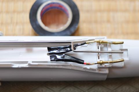 ビニールテープで絶縁。
