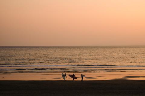 サーファーさん達もそろそろ陸に上がるところでした。