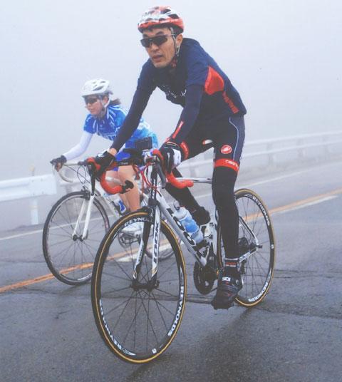 雨のFHC2012で女子選手とデッドヒート中のおいら。あきらかに辛そう(笑)