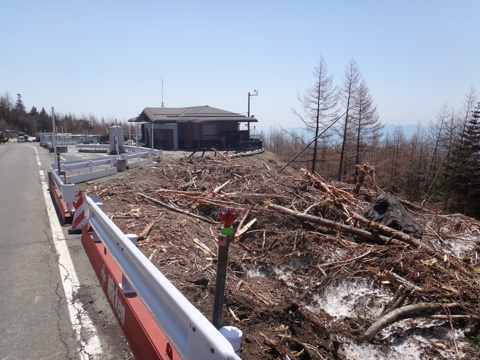 4合目の展望台(の残骸)。今年の雪崩は相当すごかったようです・・・。