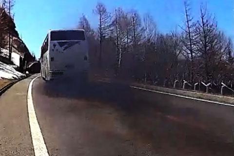 出た~,木炭バスだ! 場所は違うけど,こんな黒煙を吐きながら走るボケナスバスには要注意!