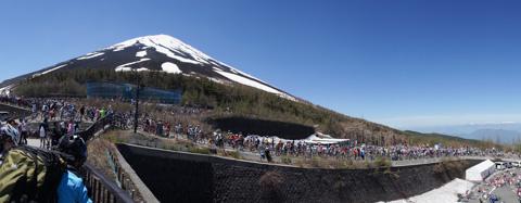毎回のことですが,5合目まで上っても,ちっとも頂上が近づかない感じの富士山。でかいなぁ・・・。