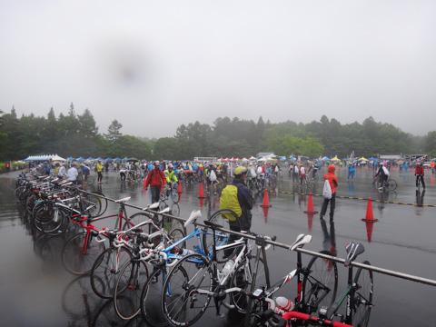 雨のFHC2012。こんな状況で1時間半もジャージ姿じゃ待てないっす・・・。