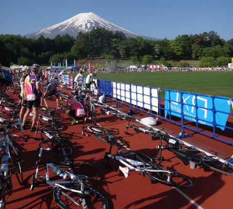 今年は広いトラックフィールドに自転車を並べ,選手は自由に歩きまわれたので楽でした(^^)