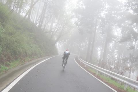 おいらをスイスイとパスして,ヤビツの霧の中へ消えていくo-donくん。あの「スイスイぶり」が憎らしい!(笑)
