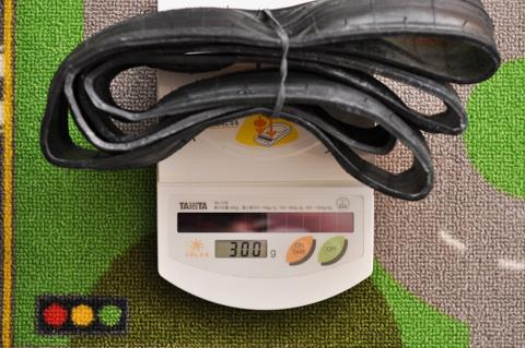 良識ある大人なら,まずキッチンスケールでタイヤ重量は測らない。あ,輪ゴム分重くなってるかも!?