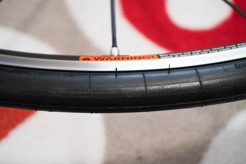 タイヤ側面の「ヒゲ」。こんなに倒して走ることはないので,刈り取らない限り永久に存在します。