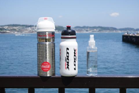 左から,真空耐熱ボトル(スポドリ),LOOKボトル(水),霧吹き(水)。3本体制なのである(^^)