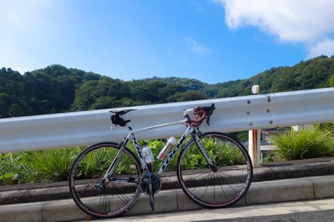 鎌倉の源氏山にて。決して苦しくて休んでいるわけではありません(笑) 夏空に惹かれて,どうしても1枚撮りたかっただけです。