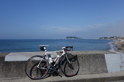 もちろん,鎌倉一周コースには海も含まれます。七里ガ浜で休憩中(^^)
