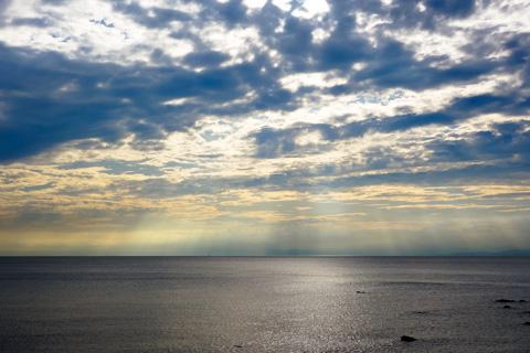 雲間から漏れる淡い光線。