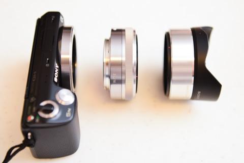 左から,NEX-5N本体,E16mmレンズ,魚眼コンバータ。3つ合わせても480g。