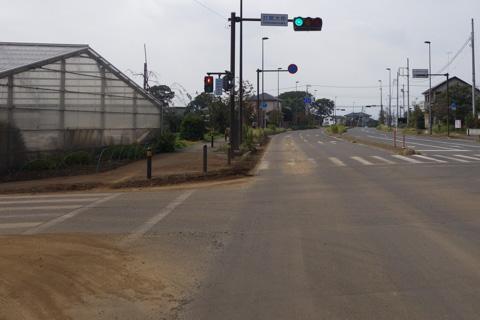 ダウンヒル直後の交差点には大量の砂。ここを左折するのだけど・・・。