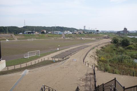 遊水地は水没したようで,野球場やテニスコート,サッカー場は土に覆われていました。