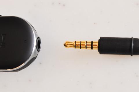 付属ヘッドフォンの端子部。マイク2個,ヘッドフォン2個なので複雑です。