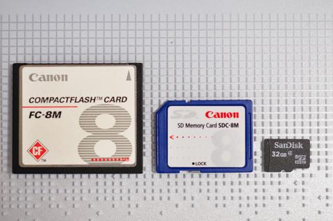 右端の32GBマイクロSDは,左・中の8MBメモリ(CFとSD)の4096倍あります。
