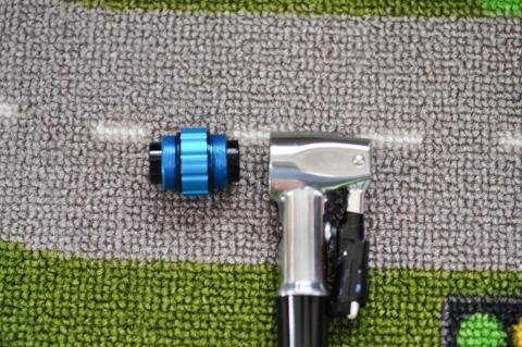 ヘッドの先端を外して逆向きにつけると,仏式⇔米式を使い分けられます。