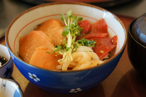 おいらは三色丼。マグロもイカもおいしかった~(^^) 1100円だす。