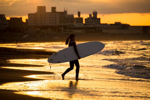 海に向かう,女性サーファー。