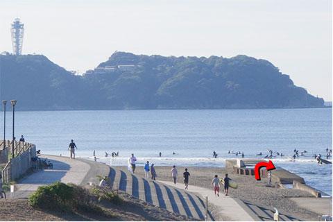 赤い矢印のように,砂浜からヒョイッと突堤に上ろうとしたんですが・・・。