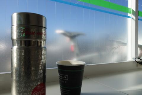 イートインコーナーでコーヒー休憩(アイスも)。ガラス越しにマイバイクも見えるので,防犯もばっちり(^^)