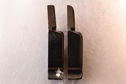 左が取り外したハンガー,右が新品のハンガー。その差は歴然。
