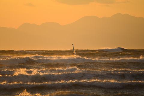 ひぇ~,ものすごい風&波! ウィンドサーフィンが小さく見える・・・。