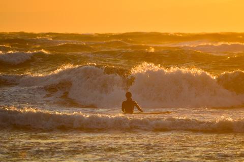 波がでかい! よく怖くないなぁ・・・。