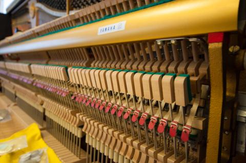 1台あたり200本以上ものピアノ線のテンションを調整していきます。