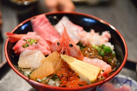 江ノ島の「藤浪」さんの海鮮丼。もう,めちゃくちゃ美味しい。本日の幸せピーク時間帯。
