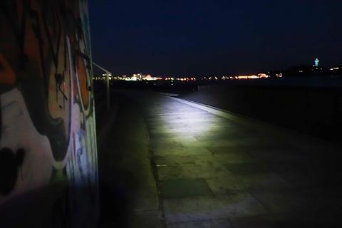 夜の江の島にて。真っ暗でも,SOL200があれば走れます。