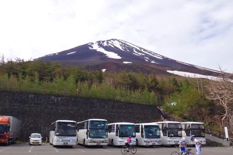 これは,楽して「上る」例。たくさんのバスが来ています。