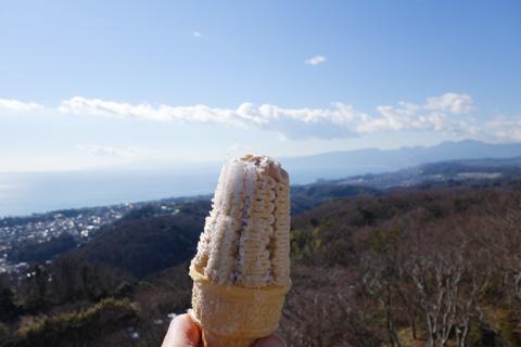 山の上で食べるソフトクリームは最高です(^^) 霜が付いてるけど・・・。
